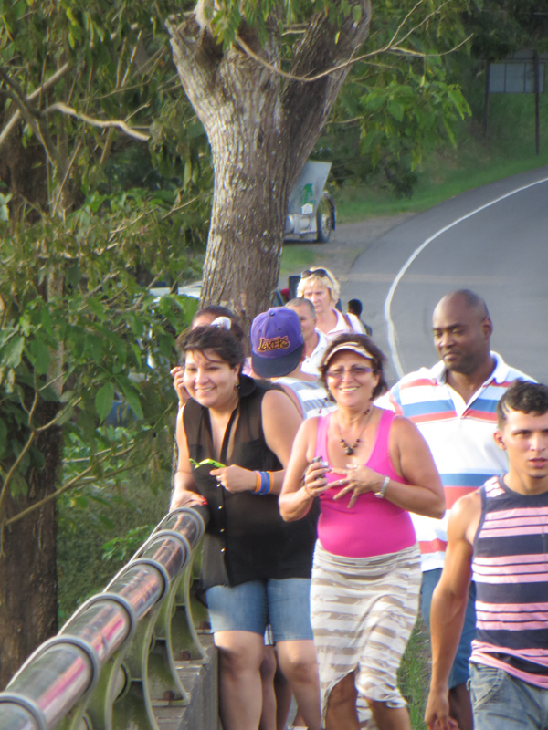 Tourists coming to the Tarcoles bridge